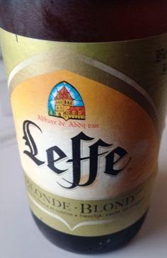 Bier (16) Leffe Blonde ★★★ Ein kultiges Abtei-Bier aus Belgien, gebraut mit Zusatz von Mais und Zucker. Gehört heute zur Brauereigruppe Anheuser-Busch InBev. Und das schmeckt man leider. Cremiger Schaum, helle Honigfarbe. Weich und mit 6,6 %vol rel. alkoholisch. Schmeckt fruchtig und malzigsüss. Nicht mehr das, was es einmal war nämlich ein absolutes 5-Sterne-Bier.
