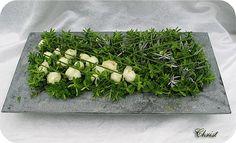 Bloemschikken.com: asymmetrisch bloemstuk met Hebe, rozen, Helichrysum en siergras