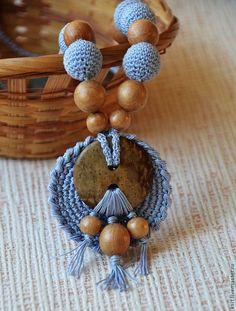 Купить Слингобусы, слингокулон серо-голубой, с кокосовой пуговицей - слинго-кулон, слинго-бусы Diy Necklace Bracelet, Polymer Clay Necklace, Crochet Bracelet, Crochet Earrings, Crochet Jewelry Patterns, Crochet Hair Accessories, Diy Crafts Knitting, Crochet Projects, Crochet Collar