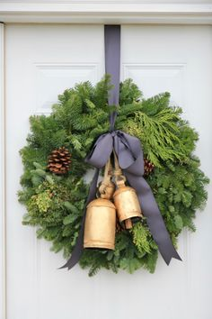 Dekoration Blend Christmas Classic Décoration Hike Ideas Luxurious Modern Modern Christmas Decoration Ideas That Are the Classic Blend of Luxurious Sophistication Hike Merry Little Christmas, Christmas Porch, Simple Christmas, Winter Christmas, Christmas Wreaths, Christmas Crafts, Christmas Decorations, Holiday Decor, Christmas Stairs