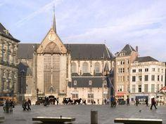 2006 De Nieuwe Kerk is gebouwd in het begin van de 15e eeuw, op een plek waar tot dan een boomgaard was. In 1408 kreeg de bouw van deze Nieuwe Kerk, toen nog Onze Lieve Vrouwekerk of Maria- en Catharinakerk geheten, de bisschoppelijke goedkeuring. De bouw was toen echter al ver gevorderd. Er is sindsdien veel aan de kerk verbouwd en herbouwd. Eén van de laatste delen van de kerk die werd voltooid is de noordelijke dwarsarm uit 1530-1540, die stijlelementen uit de Renaissance vertoont.