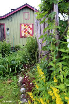 Mökin ulkoverho pitää lämpöä ulkona päivällä ja pimentää yöllä. http://www.haaraamo.fi