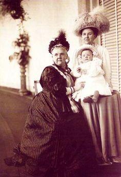 Emma, Wilhelmine et Juliana des Pays-Bas Emma (1858-1934), née princesse zu Waldeck und Pyrmont, mariée en 1879 au roi Guillaume III des Pays-Bas, régente de 1890 à 1898     Wilhelmine (1880-1962), reine des Pays-Bas de 1890 à 1948     Juliana (1909-2004), reine des Pays-Bas de 1948 à 1980