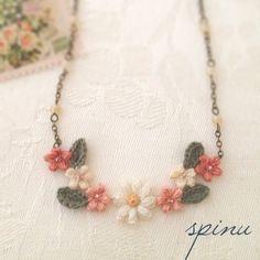 デイジーと小花のネックレス Pr  by spinu アクセサリー ネックレス