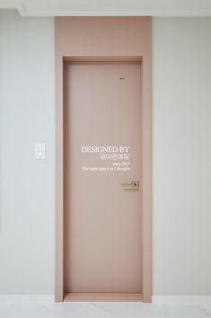 현 장 리 뷰용인 마북동 연원마을 A 23PY평안하시지요~!^^ 새로운 현장을 들고 찾아뵙습니다! 이번 소개... Doors And Floors, Windows And Doors, Door Design, House Design, Design Design, Modern Wood Doors, Floor To Ceiling Cabinets, Hallway Designs, Corporate Interiors