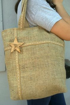 Arpillera y madera                                                                                                                                                      Más Hessian Bags, Burlap Tote, Jute Bags, Sacs Tote Bags, Canvas Tote Bags, Sack Bag, Simple Bags, Denim Bag, Fabric Bags