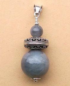 Pendentif en Jade jadéite gris, réalisées avec du fil d'Argent. Fil D Argent, Belly Button Rings, Jade, Creations, Drop Earrings, Jewelry, Fashion, Gray, Pendant