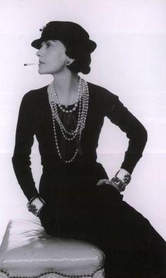 Coco Chanel: Gabrielle Chanel revolucionou o guarda-roupa feminino ao inserir peças masculinas e liberar o corpo das mulheres com seus modelos soltos. Isso além de ser a criadora de alguns itens clássicos e eternos da moda, como o tailleur de tweed, a bolsa de matelassê com corrente dourada, colares de pérolas em profusão, o corte de cabelo curto e reto, entre outros Divulgação