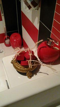 banyosu kirmizi agirlikliydi,  alınacak herseyi kırmızı tercih etti.banyo seti, havlular uyum içindeyken. Kırmızı , miss gibi kokulu kalp sabunlar da tam oldu...