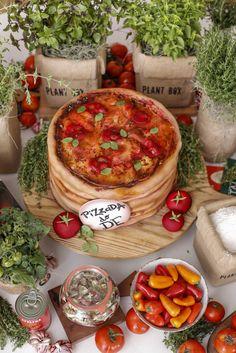 O bolo em formato de pizza foi uma atração à parte e impressionou pela perfeição. Foi feito pelo cakedesignere confeiteiro Gustavo Henriquee ficou em cima de uma tábua de madeira como uma pilha de pizzas prontas para serem servidas!