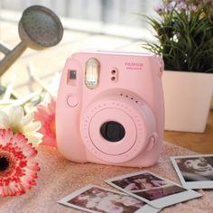 #design3000 Fujifilm Sofortbildkamera Instax Mini 8 - kleine Kamera für Sofortbilder im Checkkartenformat inkl. Trageschlaufe und Film.
