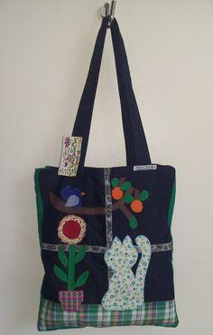 Bolsa confeccionada em jeans e algodão, forrada, bolso interno, zíper e apliques bordados. Ótimo acessório pra o seu dia-a-dia! Denim Bag, Shabby Chic, Reusable Tote Bags, Handmade, Tips, Jean Bag, Scrappy Quilts, Fabric Handbags, Kitty