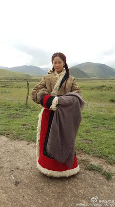 Tibetan Jung Woman in a Tratitional Yak Coat Traditional Fashion, Traditional Dresses, Tibetan Clothing, Comic Clothes, Folk Costume, Historical Clothing, Costume Design, Beautiful People, Cool Outfits
