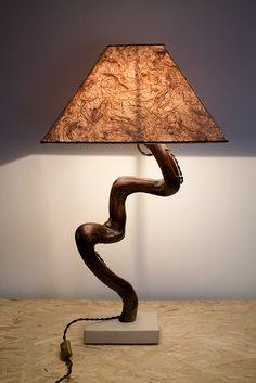 """""""Il moro"""" - Lampada artigianale in legno di mare con base in pietra leccese sagomata a scalpello. Paralume rivestito di carta di riso con inserti in fibra di banano."""
