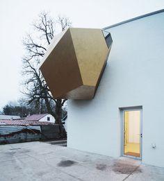 Sculptor's Studio for Pawel Althamer features meditation space inside protruding gold lump