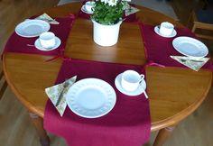 Sie sind Ihre Tischsets leid und suchen nach Alternativen. Dann sind diese 4 Set-Läufer eine pfiffige und geschmackvolle Lösung, die Sie und Ihre Gäste begeistern wird! Die Set-Läufer sind am oberen Ende mit einem Samtband versehen, mit dessen Enden man die Läufer mittels Schleifen zusammenschnüren kann. Diese Lösung ist für runde und quadratische Tische geeignet.