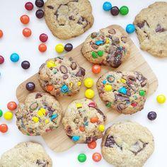 RECETTE de mes cookies  Dans le bol d'un robot verser et melanger un mix de 150 g de sucre soit 70 g du sucre blanc 70 g de sucre roux 10 g de sucre vanillé avec 220g de farine, 1/2cc de bicarbonate et 1petite cc de levure puis ajoutez 110 g de beurre à température ambiante en dés et un oeuf. mélanger pas trop vite, avec l accessoire queue de cochon. En cours de mélange ajouter 150g à 200 g de chocolat en carré (si vous voulez des bons morceaux bien gourmand lors de votre dégustation ne…