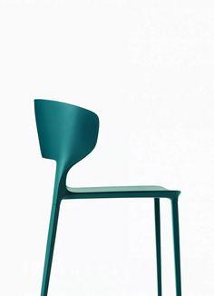 KOKI Chaise by Desalto design Claudio Dondoli, Marco Pocci Luxury Furniture, Cool Furniture, Furniture Design, School Chairs, Office Chairs, Chaise Chair, Design Your Bedroom, Multipurpose Furniture, Conference Chairs