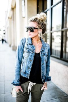 Spring Style in Jean Jacket Joggers The post Spring Style in Jean Jacket Joggers appeared first on Blue Jeans. Light Jean Jacket, Jean Jacket With Jeans, Jean Jacket Styles, Light Jeans, Looks Street Style, Look Chic, Mode Outfits, Look Fashion, Fashion Spring