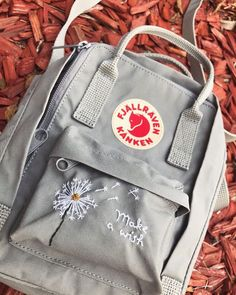 "Kånkenist on Instagram: ""via @kankenstickerei #kankenist #fjallraven #kanken #fjallravenkanken #unpackadventure #kankenart"" Diy Embroidery Designs, Embroidery Bags, Simple Embroidery, Mochila Kanken, Backpack Essentials, Accesorios Casual, Cute Backpacks, Cute Bags, Diy Clothing"