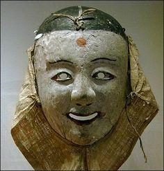 Masque. Corée, époque Chosôn (XVIIIe siècle). Bois peint. Tissu écru H. : 24,5 cm - L. : 19,5 cm (sans tissu) Mission Varat. MG 15323. Musée Guimet, Paris.
