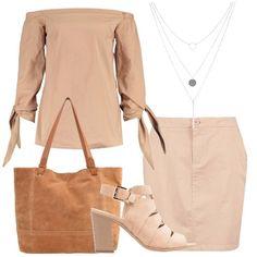L'outfit è composto da una blusa color cammello con collo a barca e minigonna con tasche abbinata. Il look si completa con una shopping bag color cognac, un paio di sandali con tacco alto largo ed una collana a tre fili.