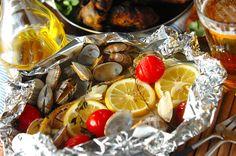 鮮度の問題で魚を運ぶのはなかなか難しいけれど、干物なら比較的楽に運べます。こちらはホッケの干物を、ワインが似合うおしゃれなアクアパッツァにアレンジ。ホイルに包んで焼くだけだから、アウトドア料理にぴったり! シンプルなのにテーブルが映える一品です。