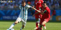 Cuplikan Gol Argentina 1-0 Iran (Piala Dunia 2014). Argentina akhirnya memastikan diri lolos ke babak 16-besar Piala Dunia 2014, usai kalahkan Iran Sabtu (21/6). Lionel Messi yang disaksikan oleh sang kekasiha, Antonella dan putranya, Thiago menjadi pahlawan kemenangan Argentina.