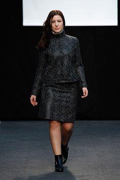 Adolfo Domínguez Prêt à Porter Otoño/Invierno 2016-2017 Ourfit, Women's Fashion, Plus Fashion, Madrid, Peplum Dress, Designers, High Neck Dress, Plus Size, Beautiful
