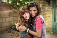 Bella Thorne e Zendaya (Foto: Divulgação / Shake It Up) Series Da Disney, Disney Shows, Ashley Tisdale, Miley Cyrus, Selena Gomez, Bff, Big Bang Theory Quotes, Bella Thorne And Zendaya, Zendaya Style