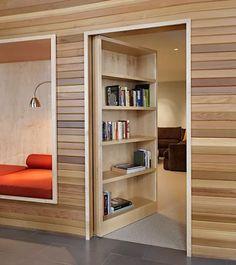 作り付けだと思っていた本棚が実は扉。中にはもう一つのリビングが。誰にも邪魔されない家族だけのくつろぎの空間です。