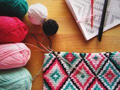 Modern colored crochet clutch in tapestry crochet. Geometric pattern in green + pink tones. Stylish summer look accessorie.
