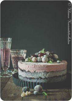 Beeren-Ombre-Eistorte mit Knusperboden Parfait, Dessert Drinks, Desserts, Baked Oatmeal, Sorbet, Decorative Bowls, Panna Cotta, Sweet Treats, Ice Cream