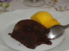 Fondant au chocolat avec cœur coulant dans l'assiette
