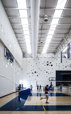 Image 5 of 33 from gallery of Dae Student Building / Arkylab + Mauricio Ruiz. Photograph by Oscar Hernández Indoor Gym, Gym Interior, Joinery Details, School Sports, Sports Clubs, Gym Room, Hall Design, Club Design, Environmental Design