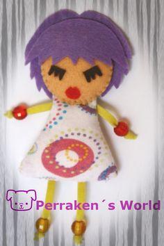 Lady Purple $3 ¡¡Que mona va esta chica siempre!!Realizada en fieltro, tela de algodón, relleno de fibra de algodón y detalles con abalorios e hilo de algodón.Medidas (incluyendo piernas) altura 11cm x ancho 5cm.Más información y encargos en uchiloki@gmail.com