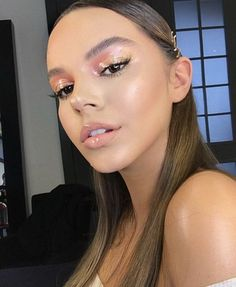 "The ultimate GLOSSY MAKEUP! My favorite makeup & rate it Diamond & Blush ""Darya used for the eye look and face… Glossy Makeup, Glam Makeup, Skin Makeup, Makeup Inspo, Makeup Art, Makeup Inspiration, Beauty Makeup, Highlighter Makeup, Winter Makeup"