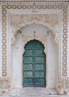 This carved gorgeousness from Jodhpur Inspiration déco marocaine The Doors, Windows And Doors, Entry Doors, Front Entry, Front Doors, Barn Doors, Entrance, Patio Doors, Jodhpur
