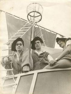 «El de la izquierda es mi padre, Francisco Casado, con dos amigos, disfrazados de marinos de época en la cabalgata del pregón de las Fiestas de San Pedro (Burgos, 1958)»,