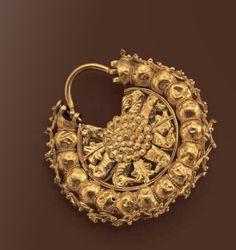 A gold Achaemenid earring,6th century B.C.