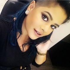 @maricoliveiraa, do Beauty Team da NYX Maceió, usando o Round Lipstick B52
