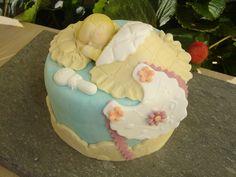 Mini tarta de fondant de bebé.    www.monicacupcakes.blogspot.com
