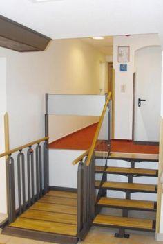 ADAPTO es una escalera elevadora que permite al usuario con movilidad reducida o discapacidad salvar desniveles de manera autónoma.