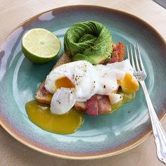 Poached egg, bacon and avocado on toast Poached Eggs, Avocado Toast, Bacon, Yummy Food, Eat, Breakfast, Recipes, Morning Coffee, Delicious Food