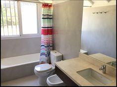 Microcemento color Gris Perla Claro para este baño renovado a nuevo sobre cerámicas existentes.  Consultas al 011 (15) 6509-2505. Buenos Aires.
