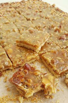 Dessa ljuvliga små kolagodis är oemotståndligt goda. En blandning mellan godis och spröda kakor. Det är en mördeg som täcks med en knäckig kolasmet full med nötter. Swedish Recipes, Sweet Recipes, Cookie Desserts, Dessert Recipes, Oatmeal Cake, Zeina, No Bake Cake, Food Inspiration, Love Food