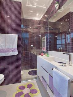 A bancada é de Silestone branco. Pastilhas de vidro 2 x 2 cm cobrem as paredes e porcelanato natural 60 x 60 cm, o piso. Projeto e execução do arquiteto Gerson Dutra de Sá.
