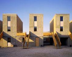 De norte a sul, o Chile tem ricos exemplos de bons projetos de arquitetura. A Quinta Moroy, em Iquique, tem um projeto de habitação pública diferente de tudo o que você já viu: as casas foram entregues construídas pela metade, assim os moradores terminaram de erguê-las com suas próprias ideias e recursos.