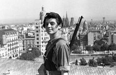 Marina Ginestà, retratada con 17 años, de miliciana con el fusil al hombro en una terraza de Barcelona, tomado por el fotógrafo Hans Gutmann