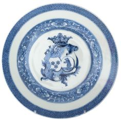 A Chinese export armorial porcelain plate for the dutch market (Greven). Qianlong period. Painted in underglaze blue, with the arms of Greven and Gronard(t) accolé (side-by-side).